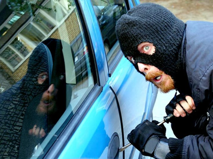 На проспекте Клыкова задержали людей, вскрывающих автомобили