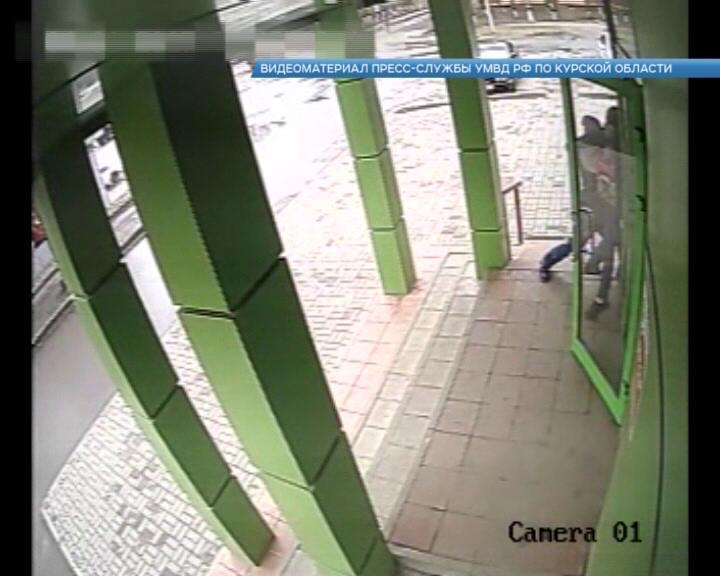 В Курске грабитель напал на контролера магазина
