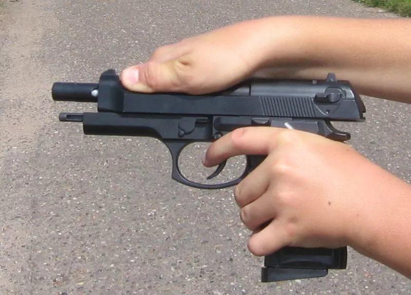 В Курской области школьница выстрелила в себя из пистолета
