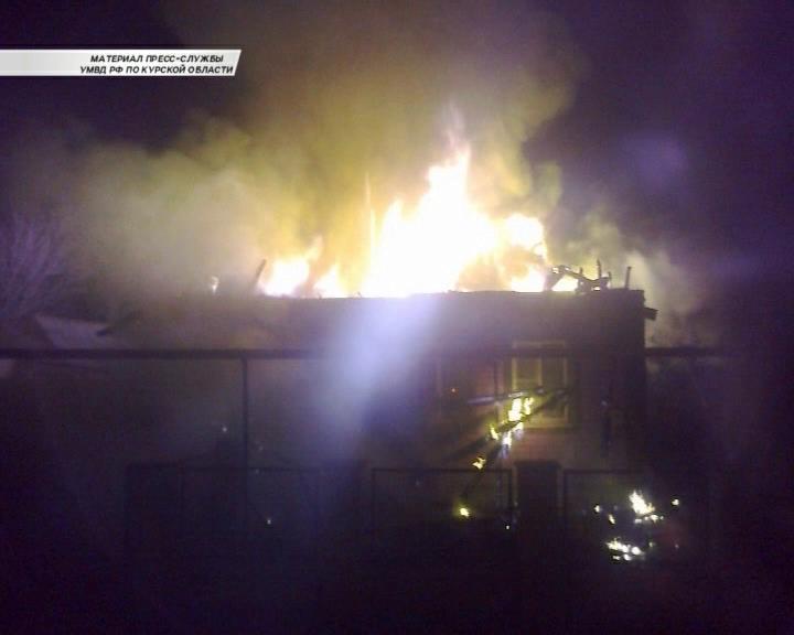 Полицейские забрались в горящий дом и до приезда экстренных служб помогли выбраться жильцам