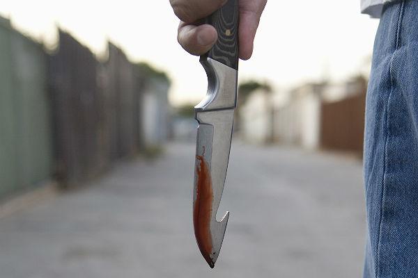В Курске мужчина набросился с ножом на двух подростков
