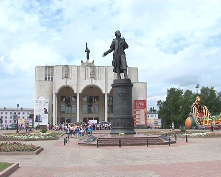 На Театральной площади Курска читали Пушкина
