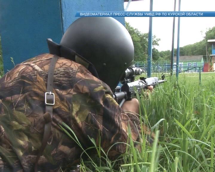 Полицейские и бойцы Росгвардии ловили условного преступника во Льгове