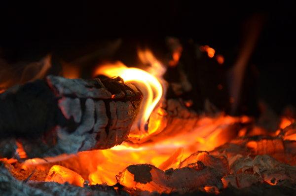 Пожар в Курской области уничтожил два автомобиля