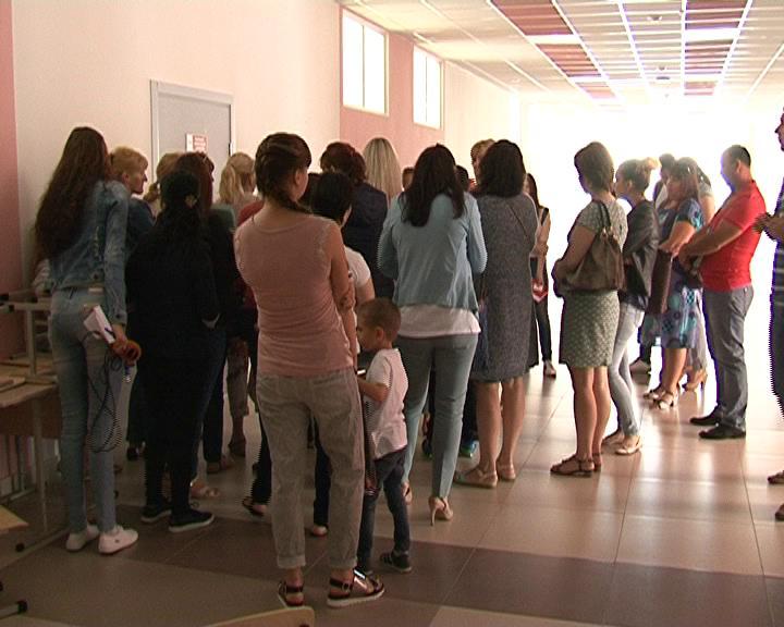 На проспекте Победы для записи в школу №60 родители стоят в очередях