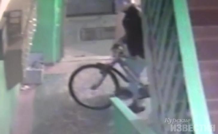 В Курске камеры видеонаблюдения зафиксировали угонщика велосипедов