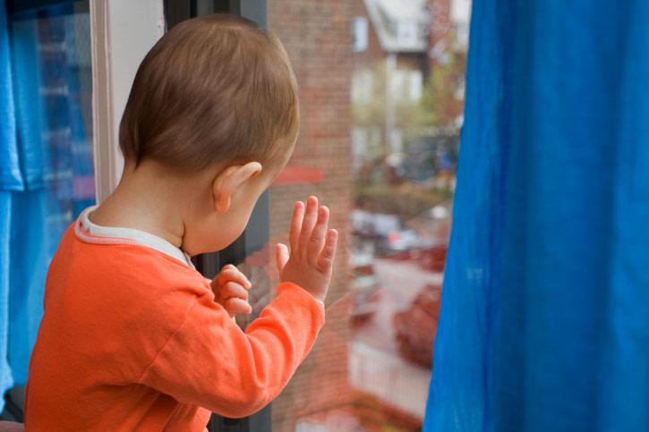 В Курске с четвертого этажа выпал двухлетний ребёнок