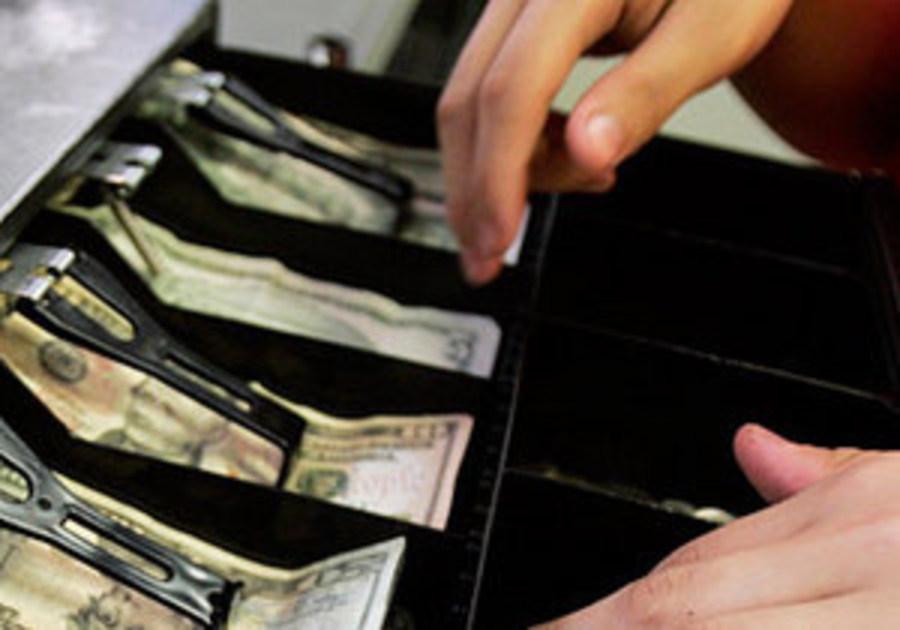 Курянка украла из кассы больше 700 тысяч рублей