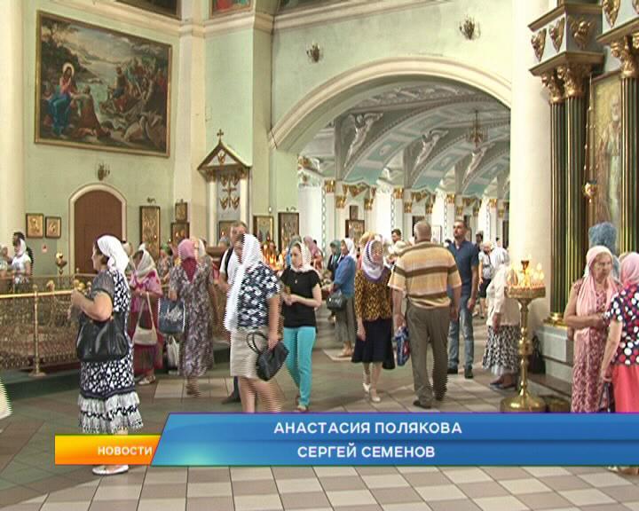 Курские православные верующие отмечают медовый спас.