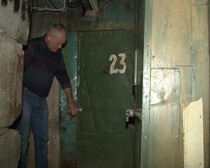 В Курске подвал многоэтажки заливают сточные воды