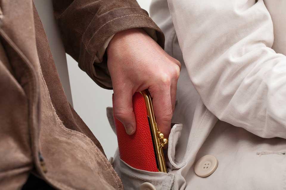 В Курской области женщина украла кошелек под камерами видеонаблюдения