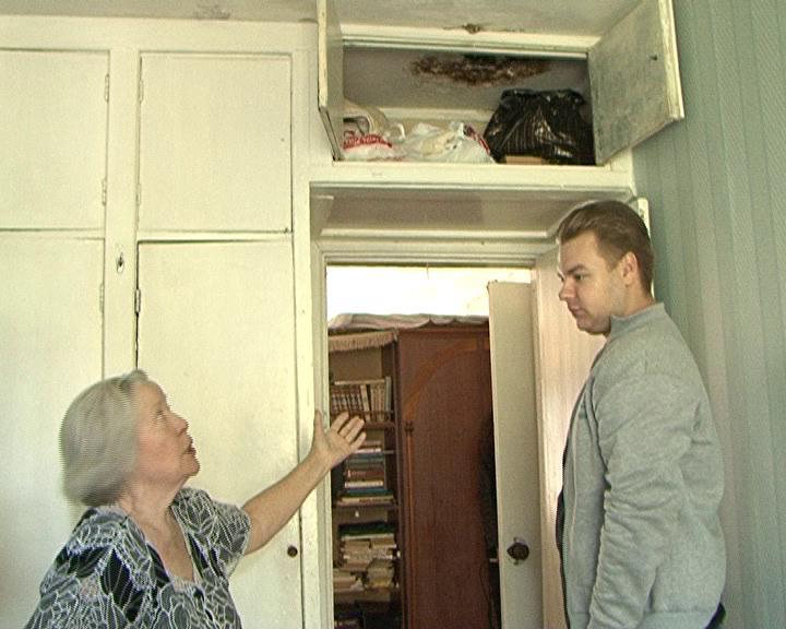 Жители многоквартирного дома на улице Школьной несколько лет добиваются ремонта кровли