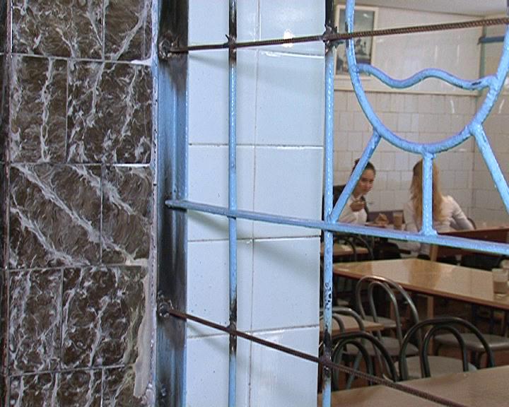 Курск. В  школе №32 учащимся приходится обедать в полуподвальном помещении