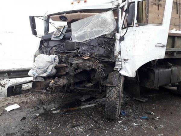 Под Воронежем столкнулись три курских грузовика