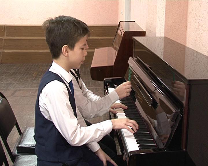 Курск. Учащимся  школы искусств №7 подарили фортепиано.